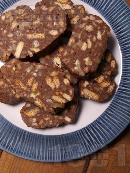 Сладък салам с обикновени бисквити, орехи, локум, кокосово масло и шоколад - снимка на рецептата